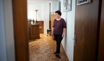 La directrice de l'hôtel-restaurant de La Demi-Lune se tient dans son bureau