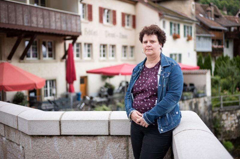 La directrice de la Demi-Lune se tient devant son hôtel-restaurant