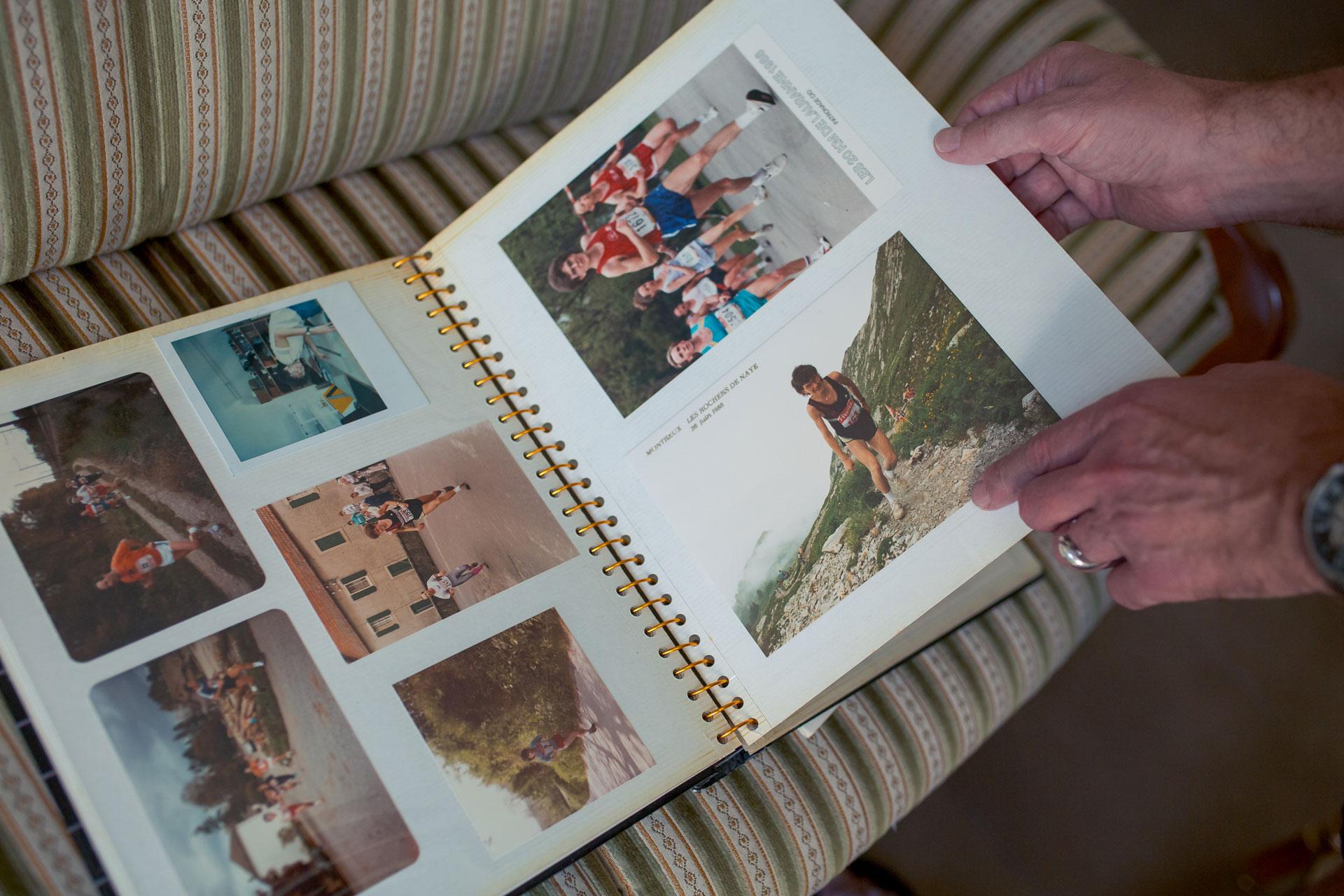 Des photos de marathon et de randonnée sont visibles dans un album photo ouvert.