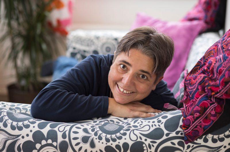 Shana Wullschleger, couchée sur un canapé à motifs.