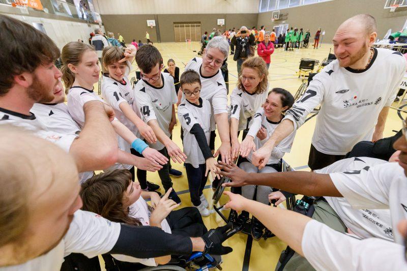 Die Teammitglieder von Rafro Vaches stehen im Kreis und strecken ihre Hände in Richtung Mitte, um ihr Team zum Weinen zu bringen.