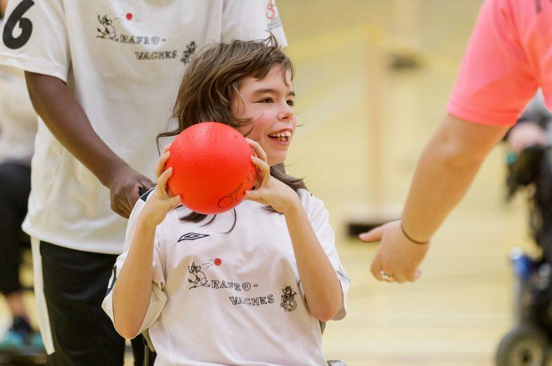 Eine Rafroballspielerin im Rollstuhl bereitet sich darauf vor, den Ball zu werfen