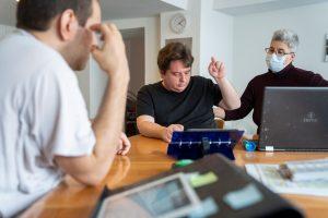 Plusieurs hommes écrivent un blog