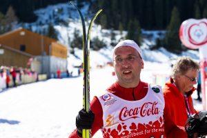 Ein junger Mann mit Skis