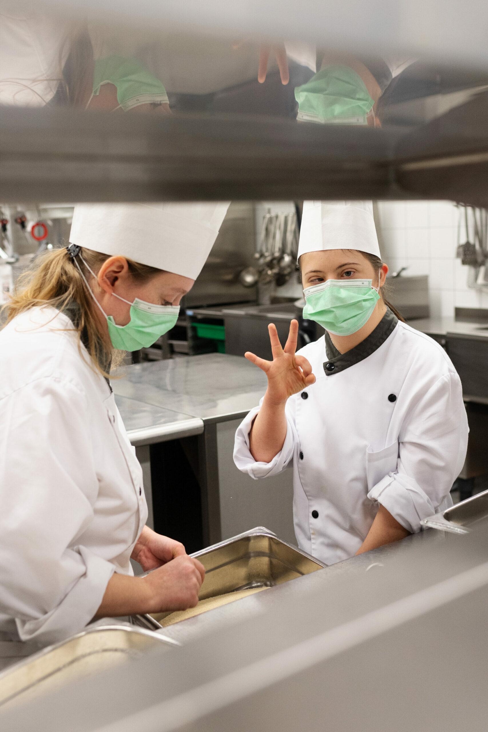Zwei Frauen arbeiten in der Küche.