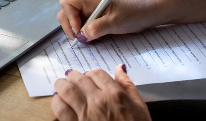 Frau füllt einen Fragebogen aus