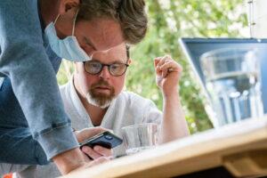 Zwei Männer arbeiten am Handy