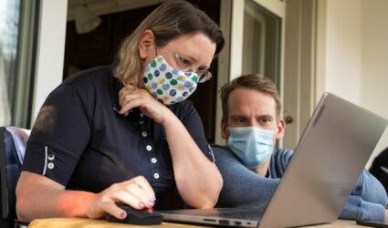 Ein Mann und eine Frau arbeiten zusammen am Laptop
