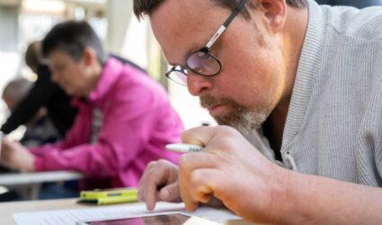 Ein Mann liest konzentriert