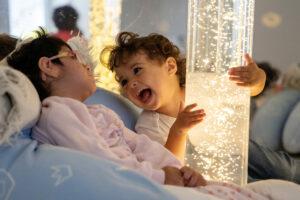 Deux enfants jouet ensemble avec de la lumière.