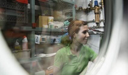 Reflet d'une jeune femme dans une vitre.