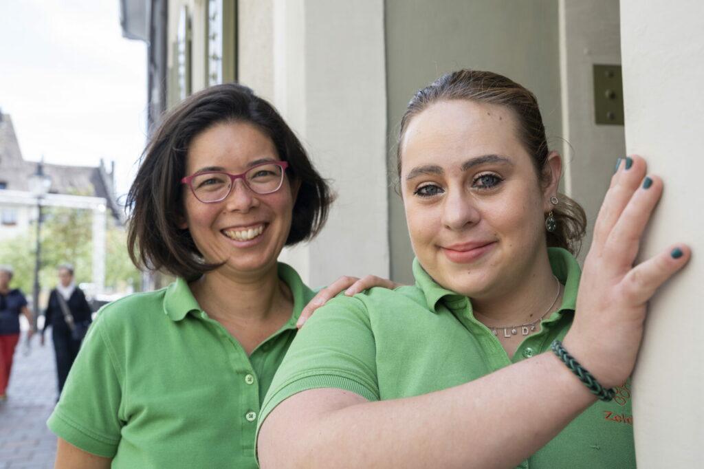 Deux femmes en vert regardent l'objectif.